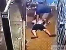 """Thanh niên bất ngờ bị cảnh sát ập đến bắt giữ khi đang ngồi... """"câu trộm"""" Wi-Fi"""