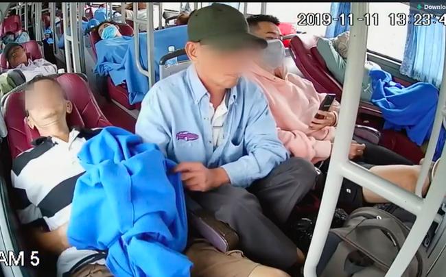 Clip sốc: Thấy hành khách ngủ thiếp trên xe giường nằm, người đàn ông bò sang tiện tay móc trộm tài sản-2