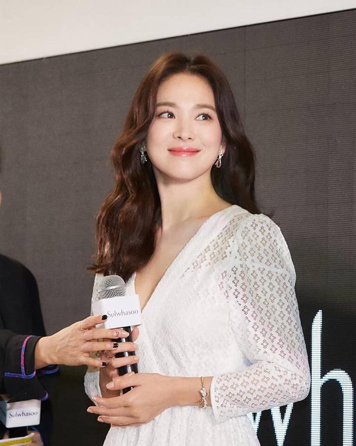 """Loạt bí kíp của Song Hye Kyo giúp các quý cô rút được cả tá"""" chiêu skincare đúng chuẩn-6"""