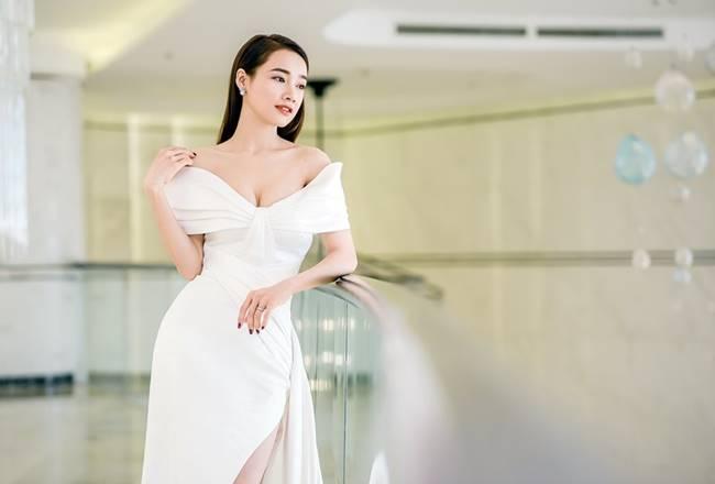 Sau khi sinh con, Nhã Phương nhiều lần khiến fan thót tim vì váy quá trễ nải-4