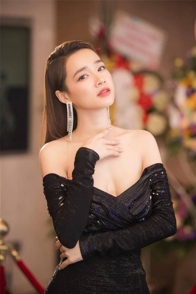 Sau khi sinh con, Nhã Phương nhiều lần khiến fan thót tim vì váy quá trễ nải-5