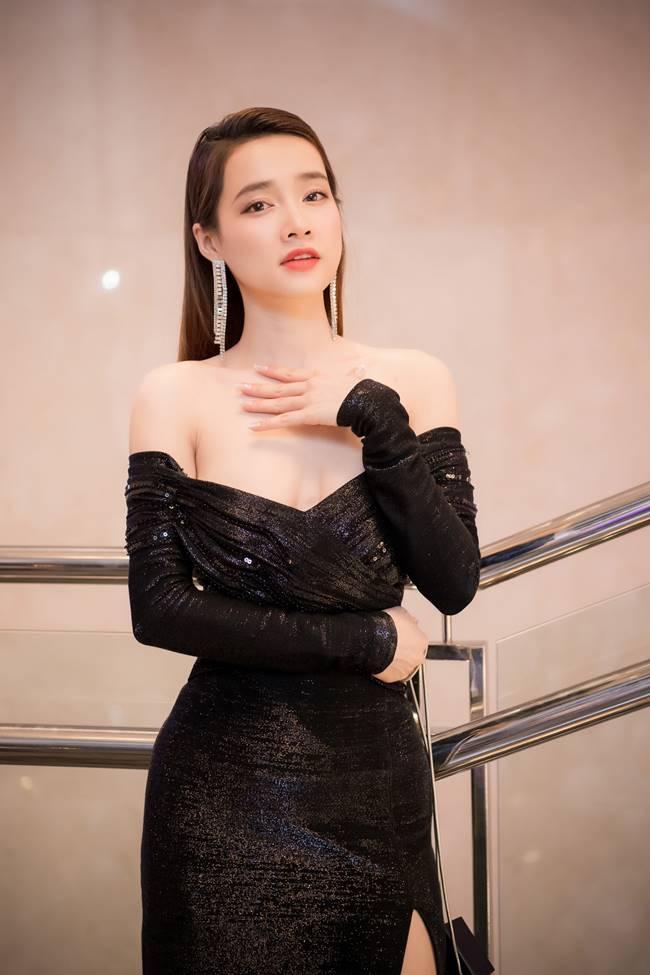 Sau khi sinh con, Nhã Phương nhiều lần khiến fan thót tim vì váy quá trễ nải-7