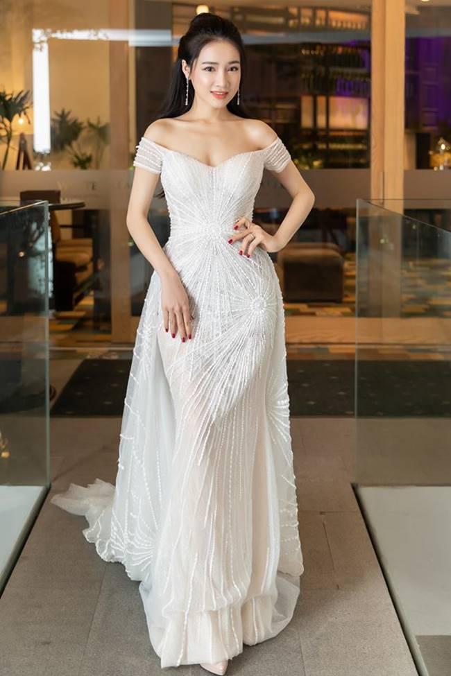 Sau khi sinh con, Nhã Phương nhiều lần khiến fan thót tim vì váy quá trễ nải-8