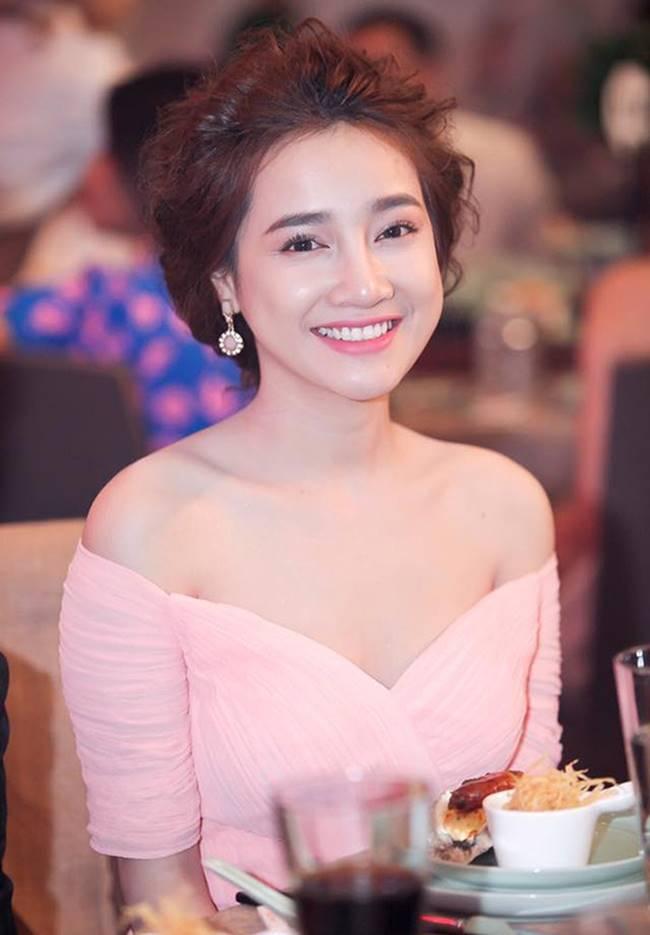 Sau khi sinh con, Nhã Phương nhiều lần khiến fan thót tim vì váy quá trễ nải-9