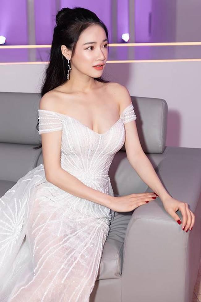 Sau khi sinh con, Nhã Phương nhiều lần khiến fan thót tim vì váy quá trễ nải-11