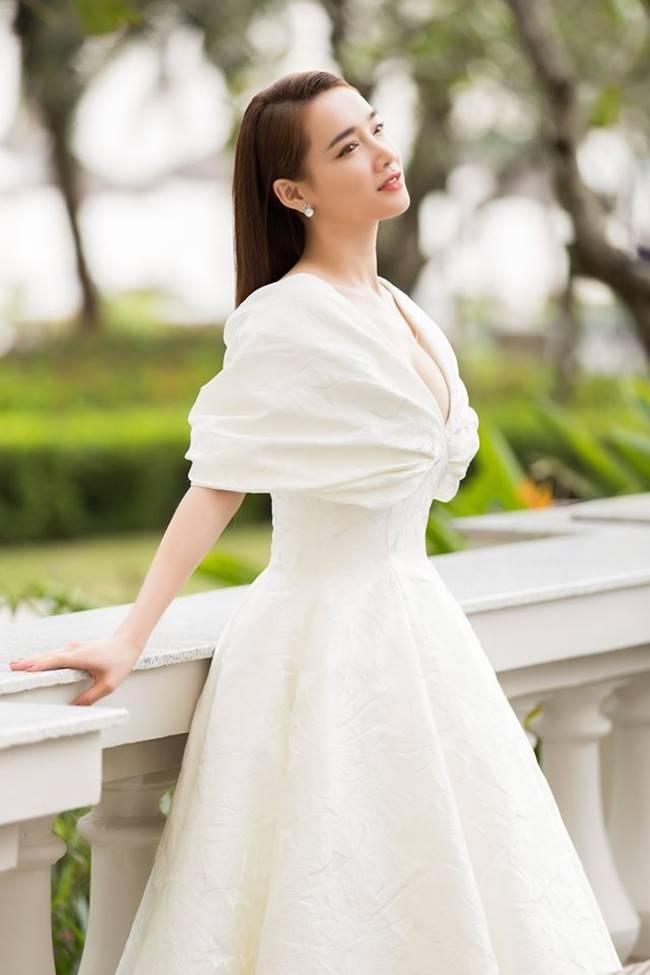 Sau khi sinh con, Nhã Phương nhiều lần khiến fan thót tim vì váy quá trễ nải-12