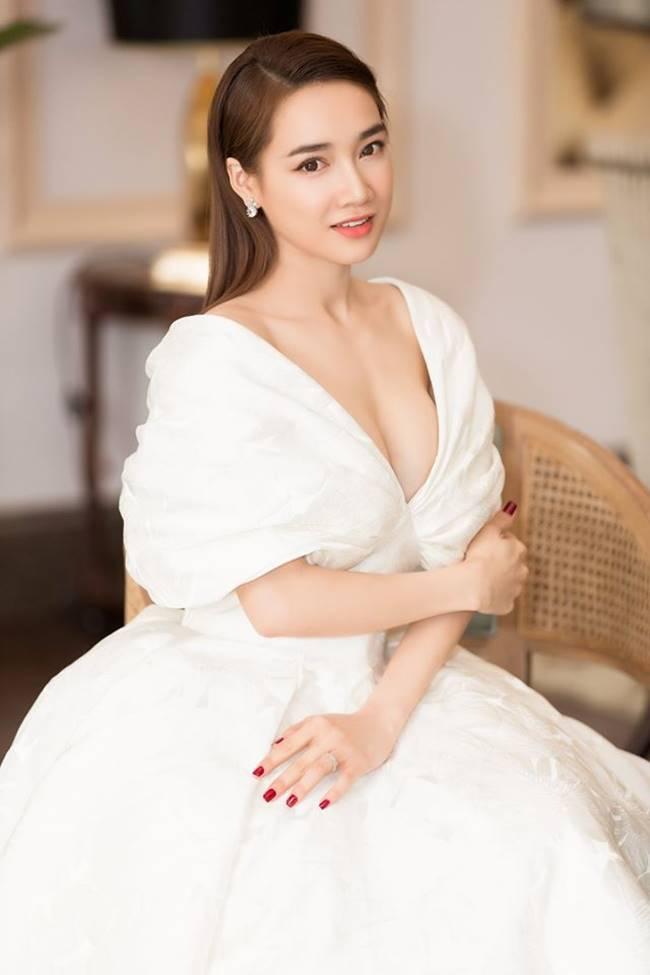 Sau khi sinh con, Nhã Phương nhiều lần khiến fan thót tim vì váy quá trễ nải-13