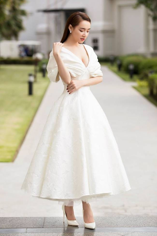 Sau khi sinh con, Nhã Phương nhiều lần khiến fan thót tim vì váy quá trễ nải-14