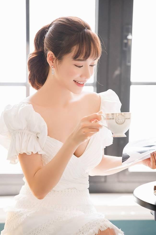 Sau khi sinh con, Nhã Phương nhiều lần khiến fan thót tim vì váy quá trễ nải-15