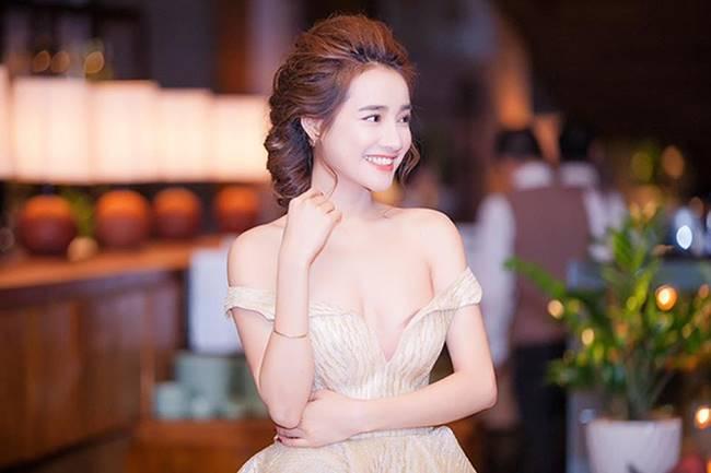 Sau khi sinh con, Nhã Phương nhiều lần khiến fan thót tim vì váy quá trễ nải-16