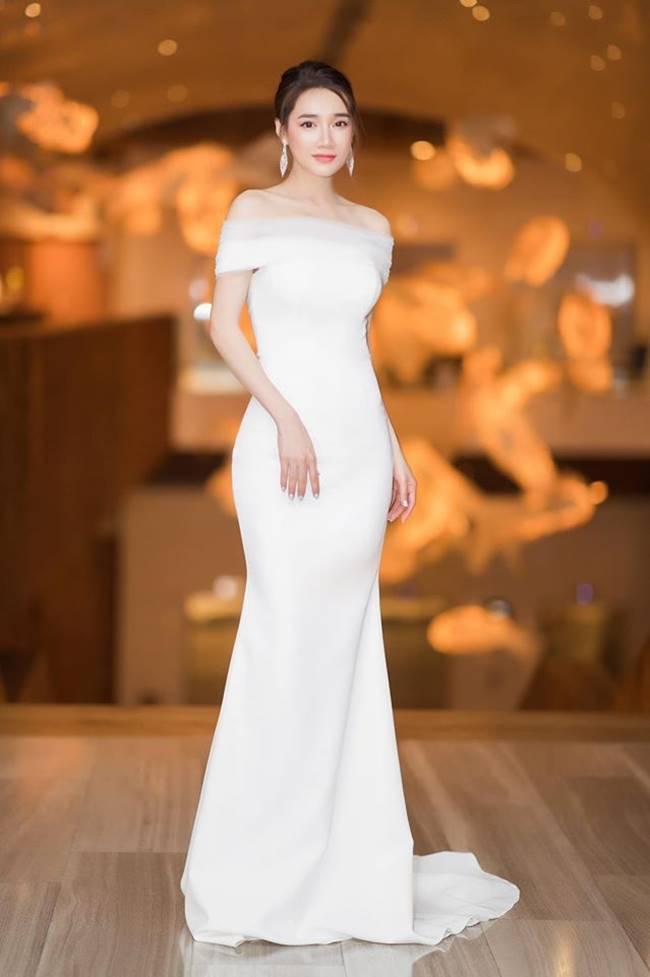 Sau khi sinh con, Nhã Phương nhiều lần khiến fan thót tim vì váy quá trễ nải-19