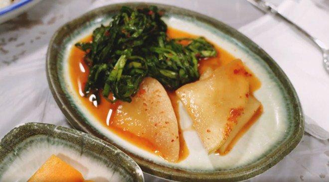 Ngọc Trinh ăn hải sản bữa tiền triệu nhưng vẫn không quên mang theo một món rẻ tiền quê nhà-9