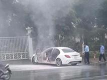 Xế sang Mercedes bốc cháy dữ dội bên đường, cảnh sát đến dập lửa nhưng không thấy chủ nhân đâu