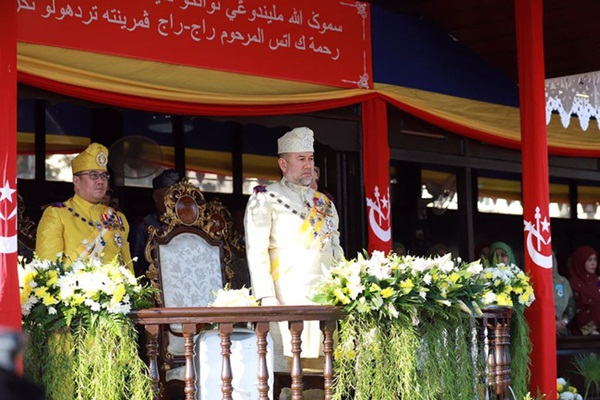 Cựu vương Malaysia lần đầu xuất hiện công khai trước công chúng sau lùm xùm không nhận con và hành động thách thức của người đẹp Nga-1