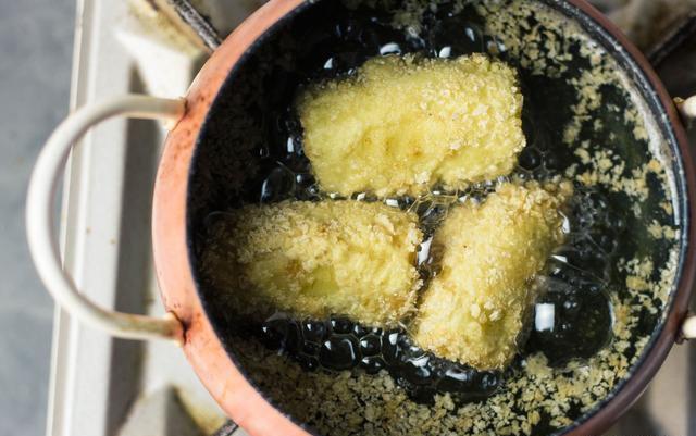 Bánh chuối chiên kiểu mới, trong mềm ngoài giòn rụm, ăn một miếng là nghiền-4