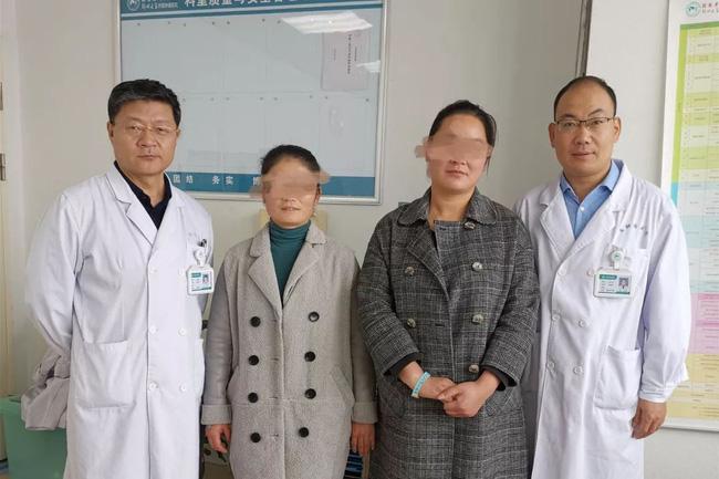 2 chị em ruột tự phát hiện ung thư vú nhờ 1 việc đơn giản, đến bác sĩ cũng phải khen ngợi và khuyên mọi người học theo-1