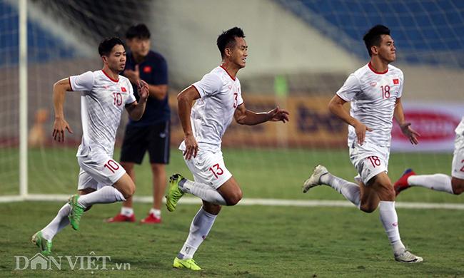 Đội mưa tập luyện trước trận gặp UAE: Công Phượng, Văn Hậu bị soi-12