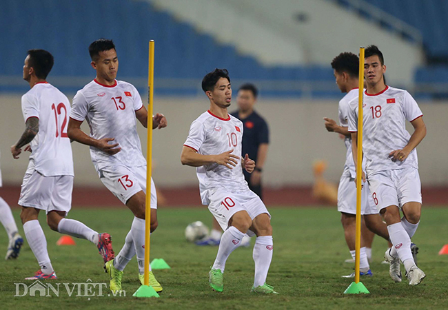Đội mưa tập luyện trước trận gặp UAE: Công Phượng, Văn Hậu bị soi-8
