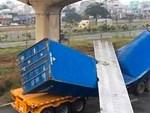 Container mất lái suýt lao xuống vực-1
