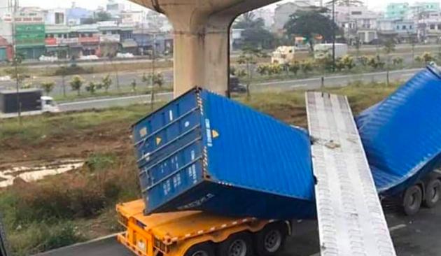 Dầm cầu bộ hành bị xe container kéo sập vì có độ cao thấp hơn thiết kế?-1