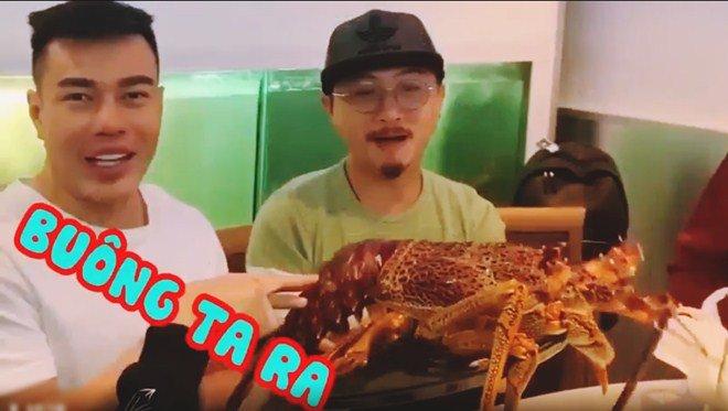 Hoài Linh giấu kỹ bọc thức ăn giữa bàn tiệc toàn vi cá, tôm hùm, mở ra ai cũng thương-2