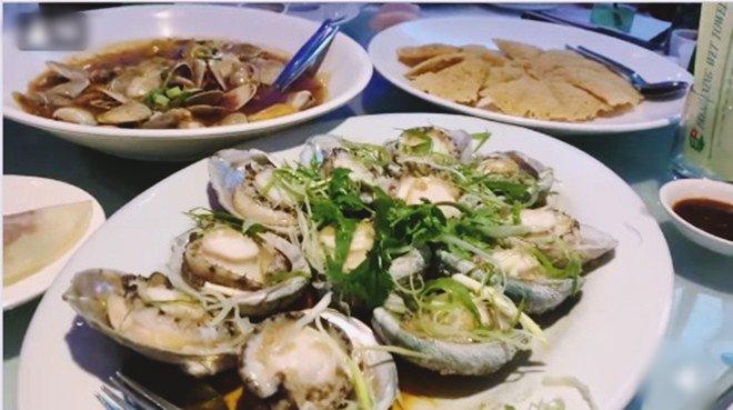 Hoài Linh giấu kỹ bọc thức ăn giữa bàn tiệc toàn vi cá, tôm hùm, mở ra ai cũng thương-3