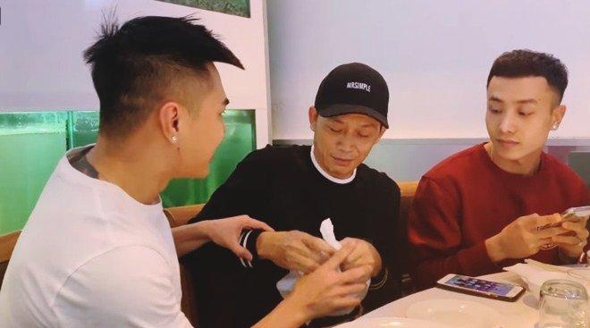 Hoài Linh giấu kỹ bọc thức ăn giữa bàn tiệc toàn vi cá, tôm hùm, mở ra ai cũng thương-4