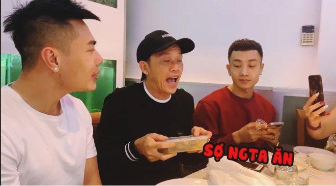 Hoài Linh giấu kỹ bọc thức ăn giữa bàn tiệc toàn vi cá, tôm hùm, mở ra ai cũng thương-6