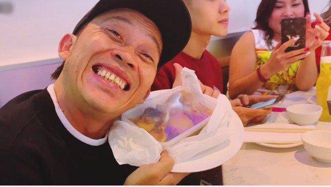 Hoài Linh giấu kỹ bọc thức ăn giữa bàn tiệc toàn vi cá, tôm hùm, mở ra ai cũng thương-9