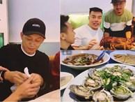 Hoài Linh giấu kỹ bọc thức ăn giữa bàn tiệc toàn vi cá, tôm hùm, mở ra ai cũng thương