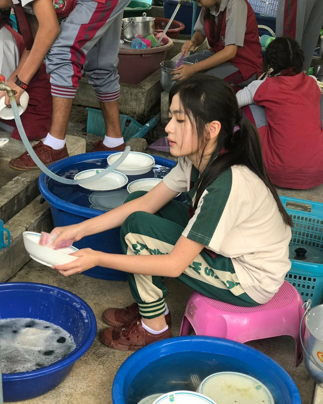 Chỉ ngồi rửa bát thôi, cô gái này cũng khiến cư dân mạng thi nhau tìm kiếm info vì nhan sắc quá xinh đẹp-2