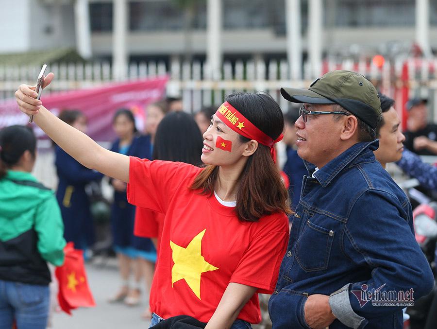 Hàng triệu CĐV vỡ òa trong niềm vui chiến thắng của đội tuyển Việt Nam trước UAE-38