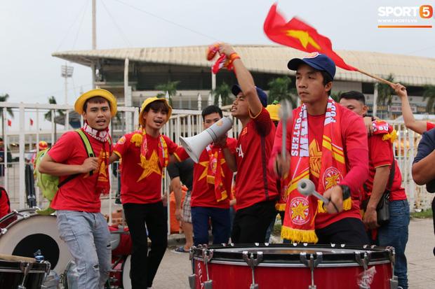 CĐV gặp khó khăn khi đến cổ vũ tuyển Việt Nam, các dịch vụ ngoài sân Mỹ Đình tăng giá đến mức phi lý-1