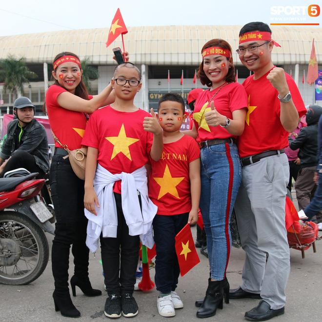 CĐV gặp khó khăn khi đến cổ vũ tuyển Việt Nam, các dịch vụ ngoài sân Mỹ Đình tăng giá đến mức phi lý-4