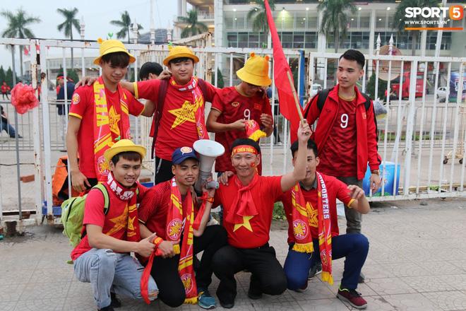 CĐV gặp khó khăn khi đến cổ vũ tuyển Việt Nam, các dịch vụ ngoài sân Mỹ Đình tăng giá đến mức phi lý-5