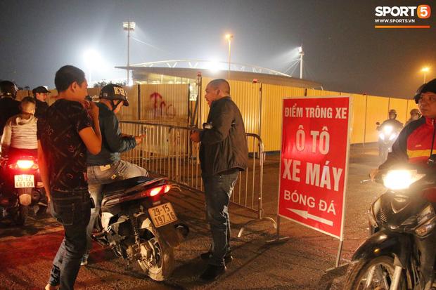CĐV gặp khó khăn khi đến cổ vũ tuyển Việt Nam, các dịch vụ ngoài sân Mỹ Đình tăng giá đến mức phi lý-8