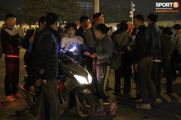 CĐV gặp khó khăn khi đến cổ vũ tuyển Việt Nam, các dịch vụ ngoài sân Mỹ Đình tăng giá đến mức phi lý-10
