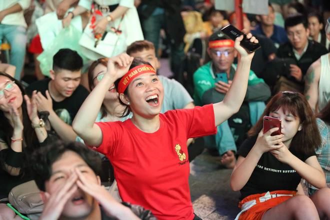 Hàng triệu CĐV vỡ òa trong niềm vui chiến thắng của đội tuyển Việt Nam trước UAE-1
