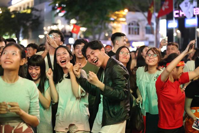 Hàng triệu CĐV vỡ òa trong niềm vui chiến thắng của đội tuyển Việt Nam trước UAE-2