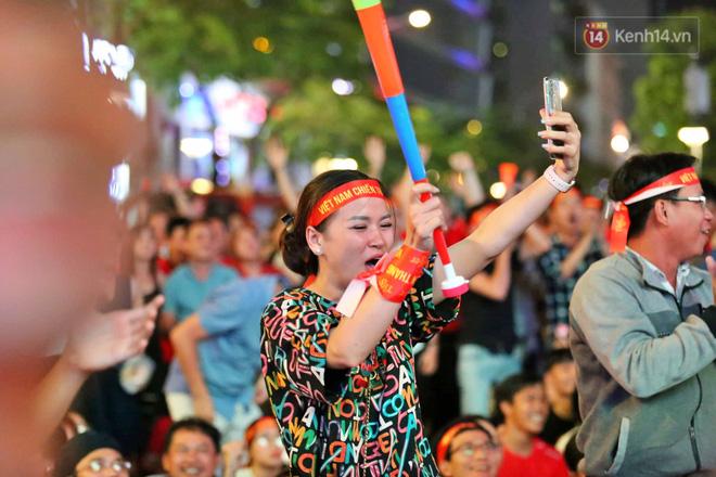 Hàng triệu CĐV vỡ òa trong niềm vui chiến thắng của đội tuyển Việt Nam trước UAE-6