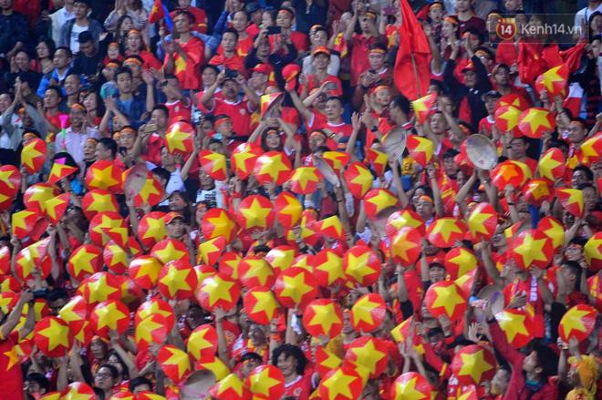Hàng triệu CĐV vỡ òa trong niềm vui chiến thắng của đội tuyển Việt Nam trước UAE-14