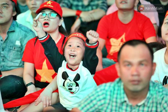 Hàng triệu CĐV vỡ òa trong niềm vui chiến thắng của đội tuyển Việt Nam trước UAE-21
