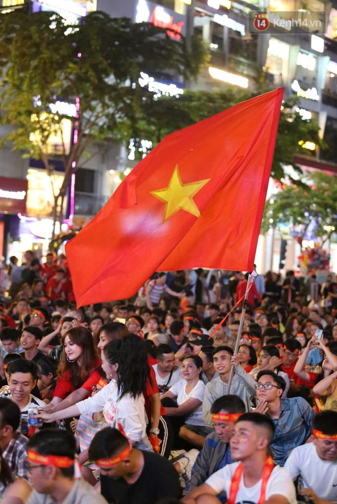 Hàng triệu CĐV vỡ òa trong niềm vui chiến thắng của đội tuyển Việt Nam trước UAE-23