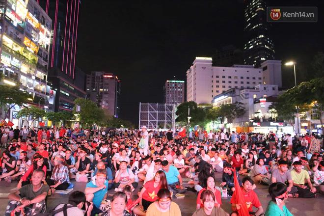 Hàng triệu CĐV vỡ òa trong niềm vui chiến thắng của đội tuyển Việt Nam trước UAE-30
