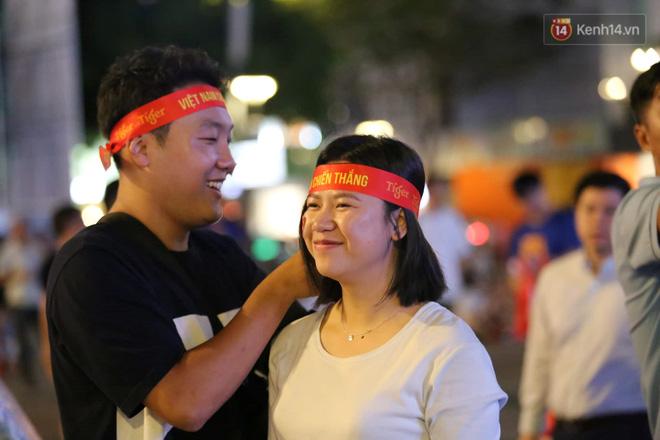 Hàng triệu CĐV vỡ òa trong niềm vui chiến thắng của đội tuyển Việt Nam trước UAE-32