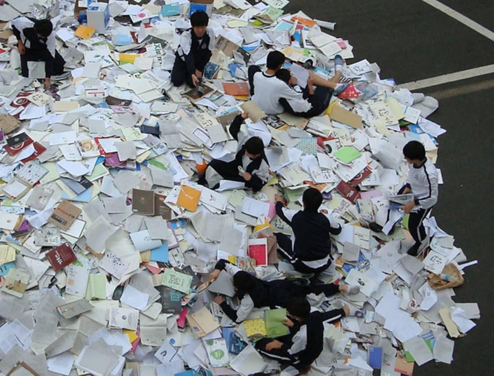 Choáng với cách học sinh Hàn Quốc xả hơi sau thi ĐH: Kẻ đua nhau vứt luôn sách vở ở cổng trường, người vào thẩm mỹ viện đập mặt đổi đời-1