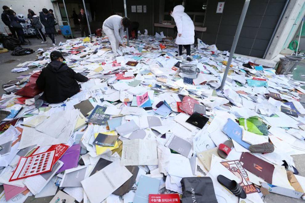 Choáng với cách học sinh Hàn Quốc xả hơi sau thi ĐH: Kẻ đua nhau vứt luôn sách vở ở cổng trường, người vào thẩm mỹ viện đập mặt đổi đời-2