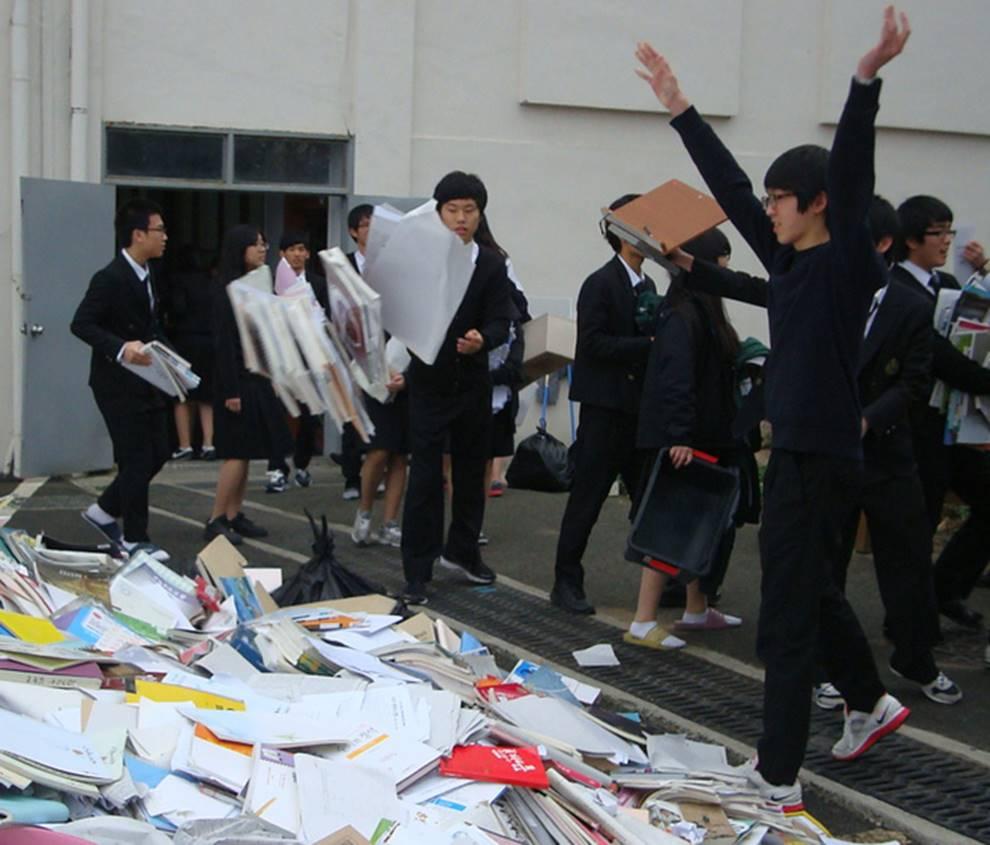 Choáng với cách học sinh Hàn Quốc xả hơi sau thi ĐH: Kẻ đua nhau vứt luôn sách vở ở cổng trường, người vào thẩm mỹ viện đập mặt đổi đời-3