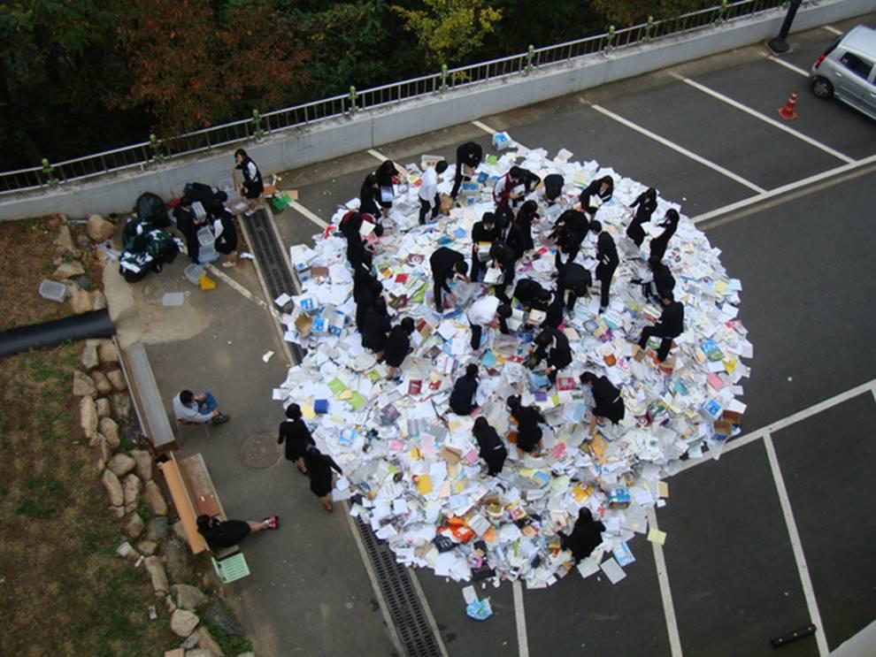 Choáng với cách học sinh Hàn Quốc xả hơi sau thi ĐH: Kẻ đua nhau vứt luôn sách vở ở cổng trường, người vào thẩm mỹ viện đập mặt đổi đời-4