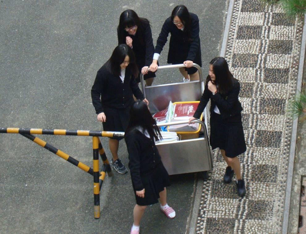 Choáng với cách học sinh Hàn Quốc xả hơi sau thi ĐH: Kẻ đua nhau vứt luôn sách vở ở cổng trường, người vào thẩm mỹ viện đập mặt đổi đời-5